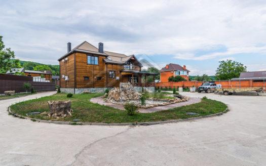 Современный жилой дом в предгорной зоне